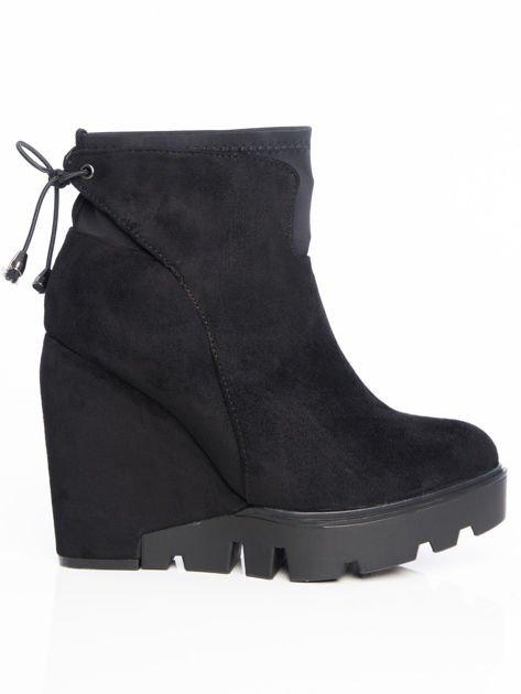 Czarne matowe botki na koturnach z ozdobnym sznurowaniem na tyle buta                                  zdj.                                  1