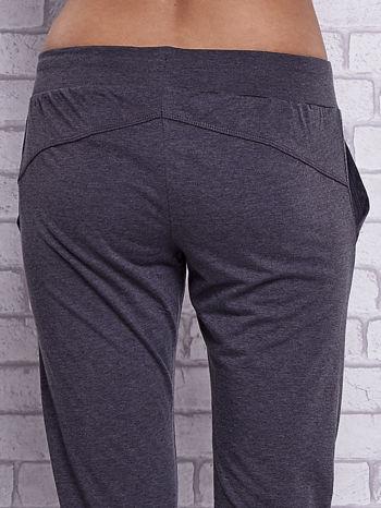 Czarne melanżowe spodnie capri z bocznymi kieszeniami                                  zdj.                                  6