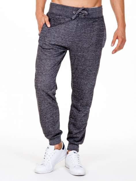 Czarne melanżowe spodnie męskie z kieszeniami na suwak