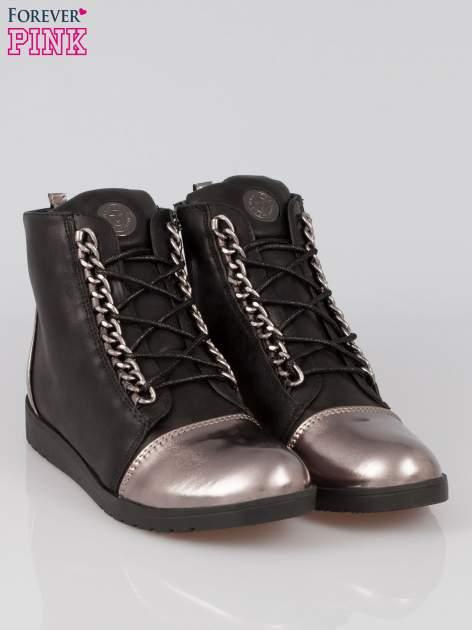 Czarne metaliczne sneakersy z łańcuchami Nyla                                  zdj.                                  2