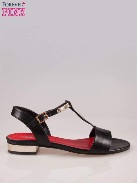 Czarne sandały t-bary ze złotym paskiem i obcasem