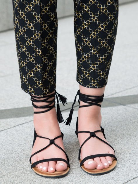 Czarne sandały wiązane wokół kostki ozdobnym chwostem                              zdj.                              2
