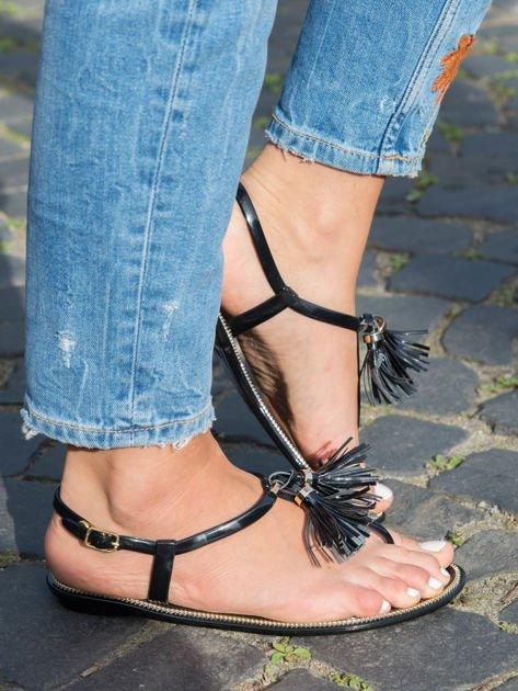 Czarne sandały z ozdobnymi chwostami na przodzie buta                              zdj.                              2
