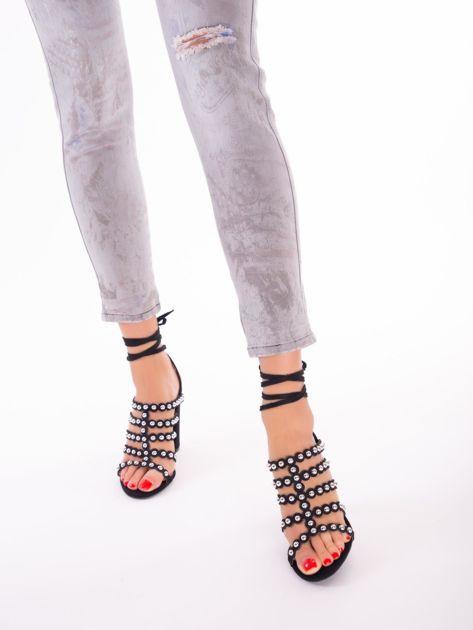 Czarne sandały z ozdobnymi nitami i paskami z wiązaniem wokół kostki                               zdj.                              2