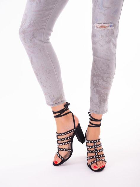 Czarne sandały z ozdobnymi nitami i paskami z wiązaniem wokół kostki                               zdj.                              3