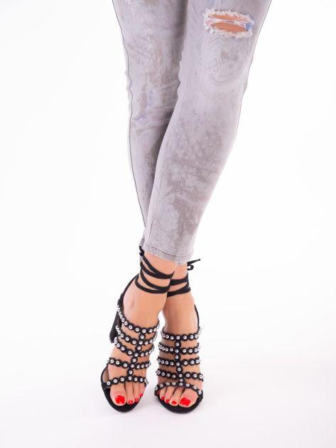 Czarne sandały z ozdobnymi nitami i paskami z wiązaniem wokół kostki                               zdj.                              4