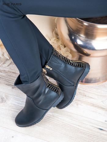 Czarne skorzane botki na płaskim obcasie z lakierowaną wstawką ze złotymi dżetami                                  zdj.                                  5