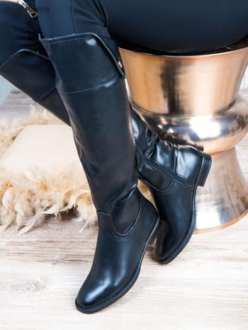 Czarne skórzane kozaki na płaskim obcasie z wywijaną cholewką i złotym ozdobnym suwakiem                              zdj.                              1