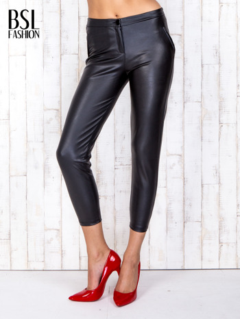Czarne skórzane spodnie skinny z zapięciem na guzik