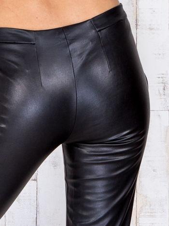 Czarne skórzane spodnie skinny z zapięciem na guzik                                  zdj.                                  5