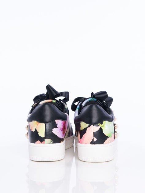 Czarne skórzane trampki z ozdobnymi perełkami i kwiatowym motywem na boku cholewki                                  zdj.                                  3