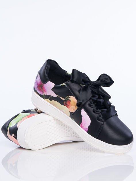Czarne skórzane trampki z ozdobnymi perełkami i kwiatowym motywem na boku cholewki                                  zdj.                                  4