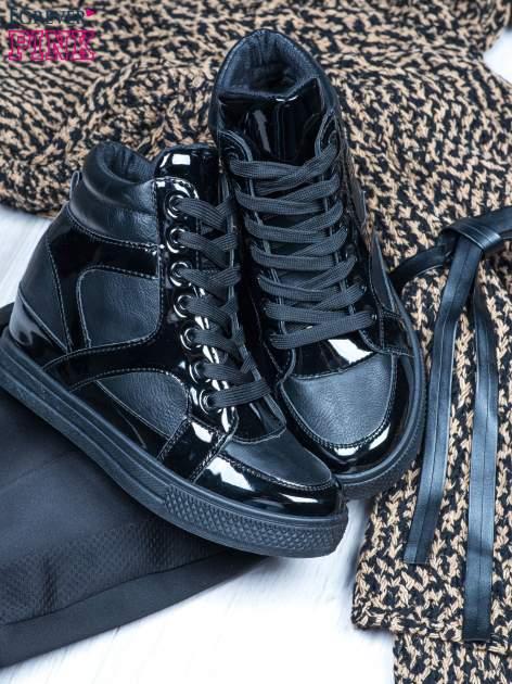 Czarne sneakersy za kostkę z lakierowanymi elementami                                  zdj.                                  2