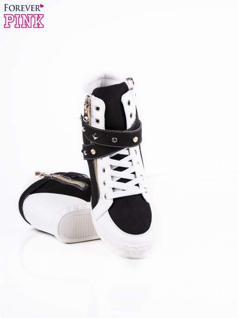 Czarne sneakersy ze złotymi okuciami                                  zdj.                                  3