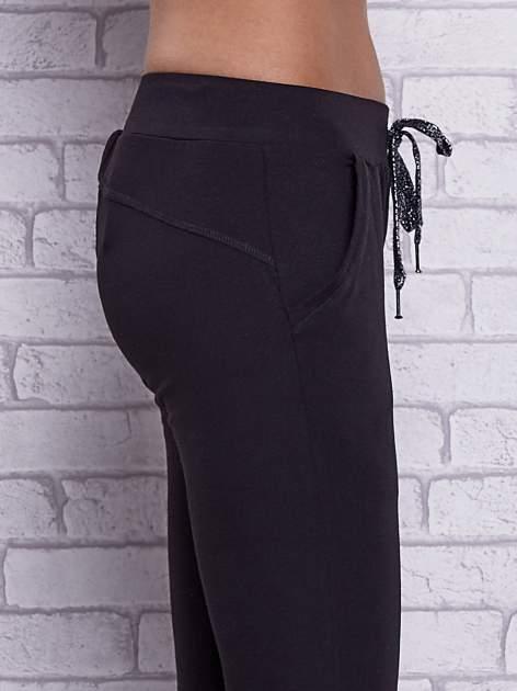 Czarne spodnie capri z bocznymi kieszeniami                                  zdj.                                  5
