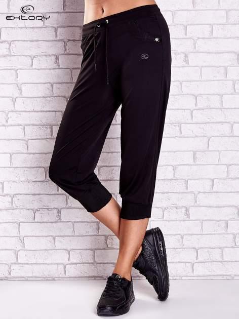 Czarne spodnie capri z dżetami i lampasami PLUS SIZE                                  zdj.                                  1