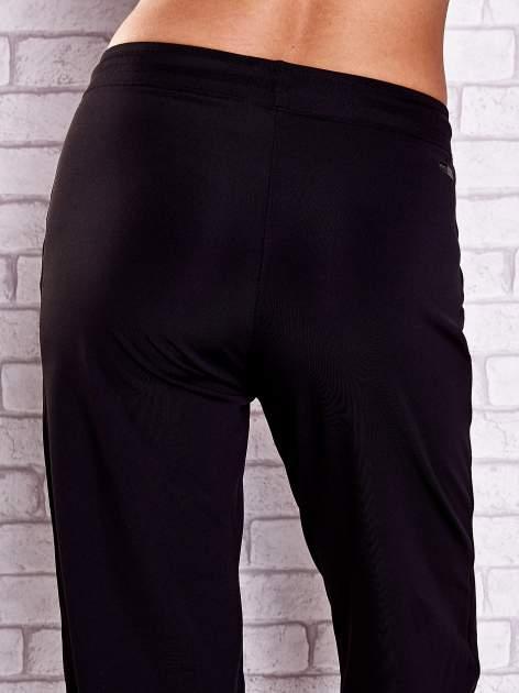 Czarne spodnie capri z dżetami i lampasami                              zdj.                              6