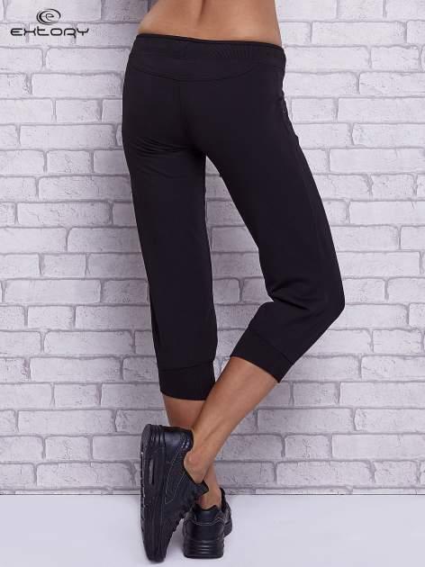 Czarne spodnie capri z dżetami przy kieszeniach                                  zdj.                                  2