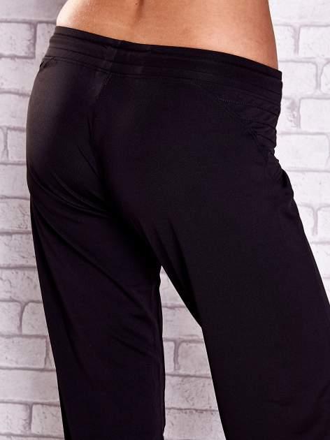 Czarne spodnie capri z haftowanymi wstawkami PLUS SIZE                                  zdj.                                  6
