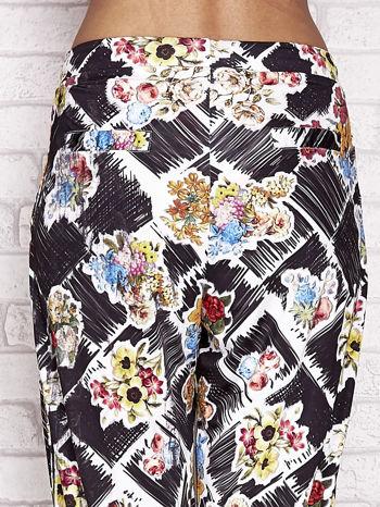 Czarne spodnie capri z kwiatowym motywem                                  zdj.                                  6