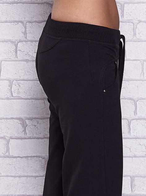 Czarne spodnie capri z troczkami w pasie                                  zdj.                                  5