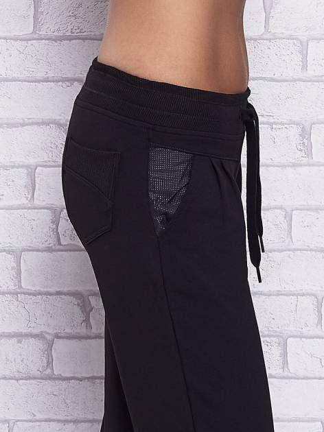 Czarne spodnie capri z tylną kieszenią                                  zdj.                                  5