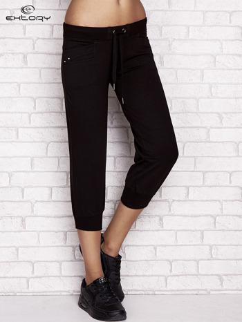 Czarne spodnie dresowe capri z dżetami na kieszeniach                                  zdj.                                  1