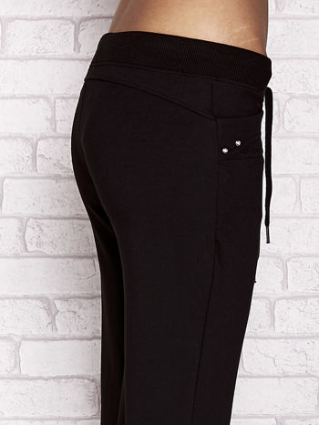 Czarne spodnie dresowe capri z dżetami na kieszeniach                                  zdj.                                  5