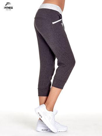 Czarne spodnie dresowe capri z kontrastowym pasem                                  zdj.                                  3