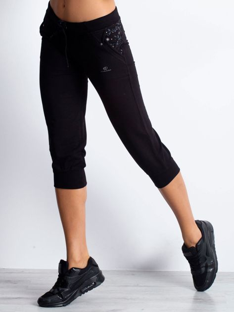 Czarne spodnie dresowe capri z kwiatowymi kieszeniami