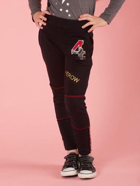 Czarne spodnie dresowe dziecięce z naszywkami                              zdj.                              1