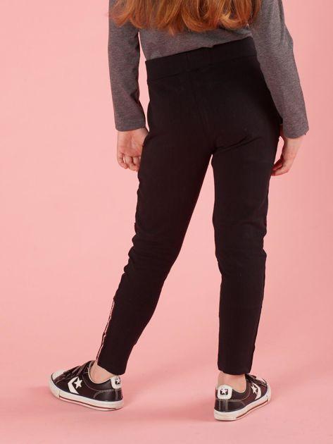 Czarne spodnie dresowe dziecięce z naszywkami                              zdj.                              2