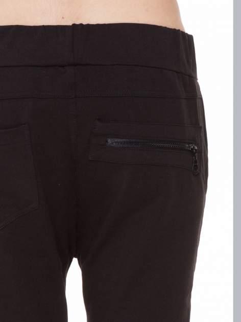 Czarne spodnie dresowe typu baggy z ozdobnym zamkiem                                  zdj.                                  6