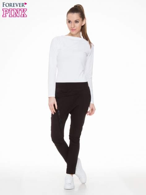 Czarne spodnie dresowe typu baggy z ozdobnym zamkiem                                  zdj.                                  2