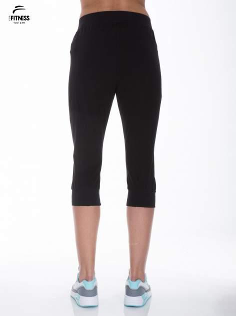 Czarne spodnie dresowe typu capri długości 3/4                                  zdj.                                  3