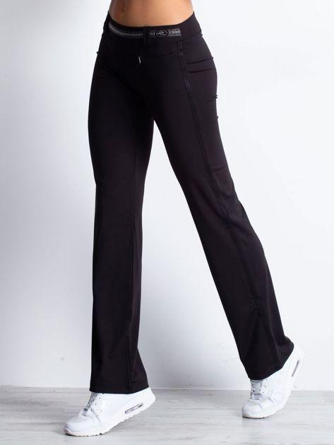 Czarne spodnie dresowe z aplikacją z dżetów                                  zdj.                                  3