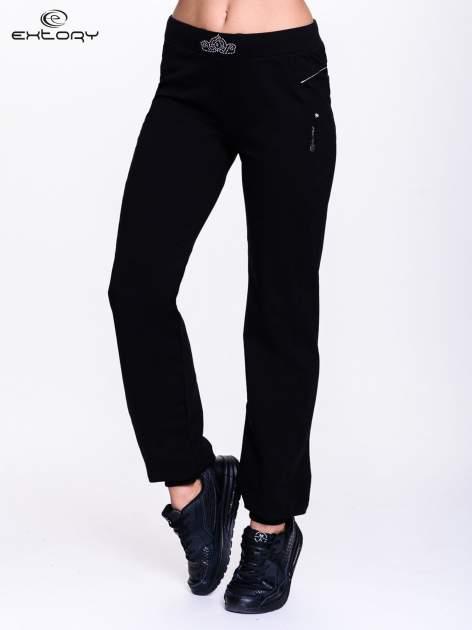 Czarne spodnie dresowe z aplikacją z dżetów PLUS SIZE                                  zdj.                                  1