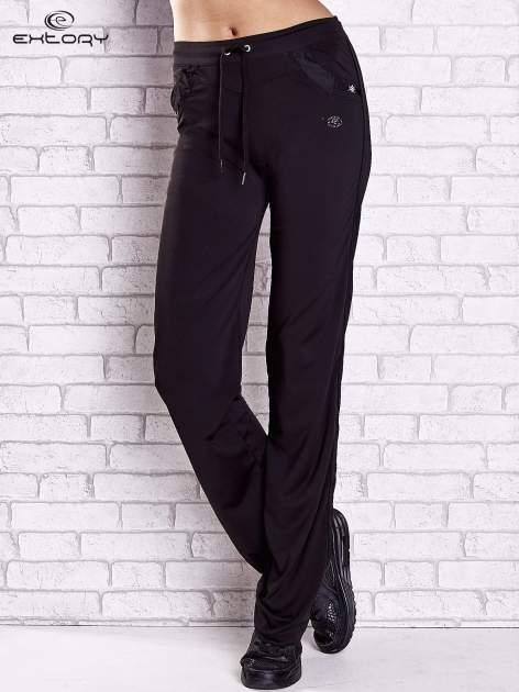 Czarne spodnie dresowe z aplikacjami z dżetów PLUS SIZE                                  zdj.                                  1
