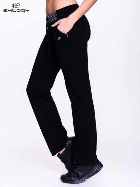 Czarne spodnie dresowe z białą wstawką                                  zdj.                                  4