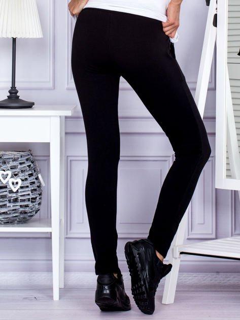 Czarne spodnie dresowe z dwoma rzędami guzików                                  zdj.                                  2