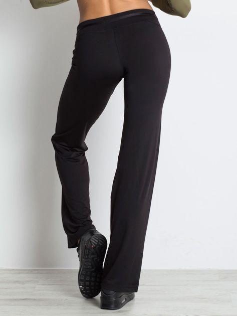 Czarne spodnie dresowe z guzikami                                  zdj.                                  2