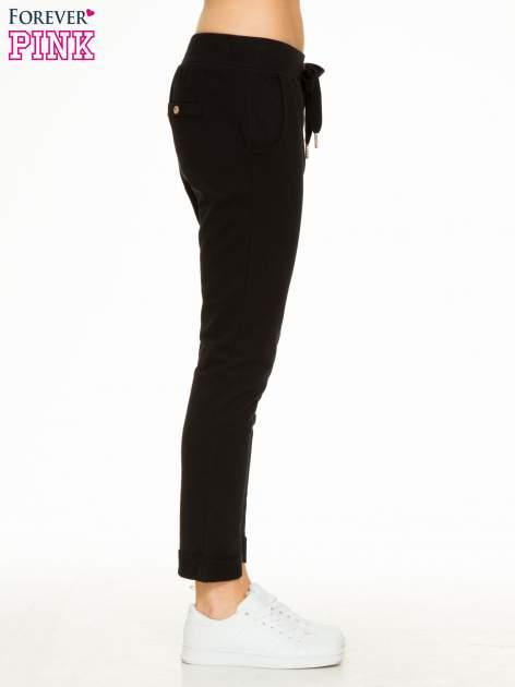 Czarne spodnie dresowe z guzikami wiązane w pasie                                  zdj.                                  5
