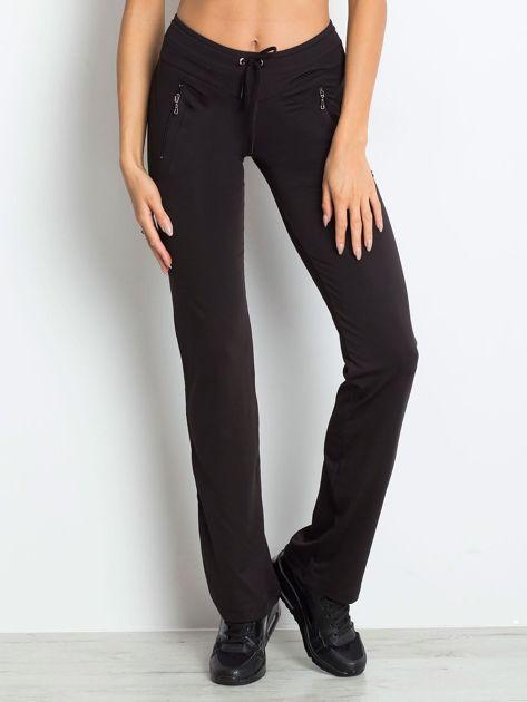 Czarne spodnie dresowe z kieszeniami                              zdj.                              6