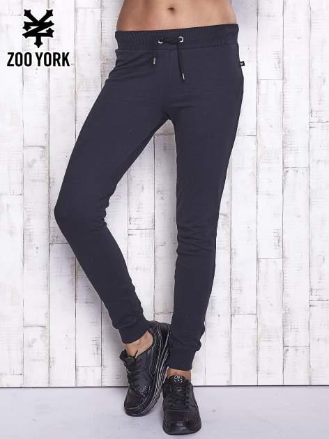 Czarne spodnie dresowe z kieszonką z tyłu