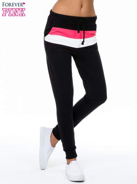 Czarne spodnie dresowe z kolorową wstawką                                  zdj.                                  1