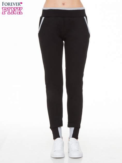Czarne spodnie dresowe z kontrastowymi wstawkami