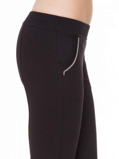 Czarne spodnie dresowe z łańcuszkami przy kieszeniach                                  zdj.                                  7