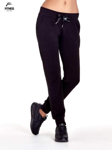 Czarne spodnie dresowe z nogawką ze ściągaczem                                  zdj.                                  1