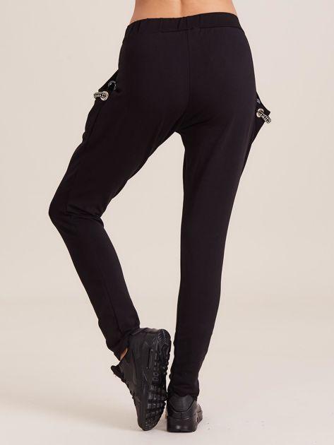 Czarne spodnie dresowe z ozdobnymi kieszeniami                              zdj.                              2