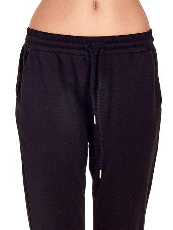 Czarne spodnie dresowe z powijaną nogawką                                  zdj.                                  4